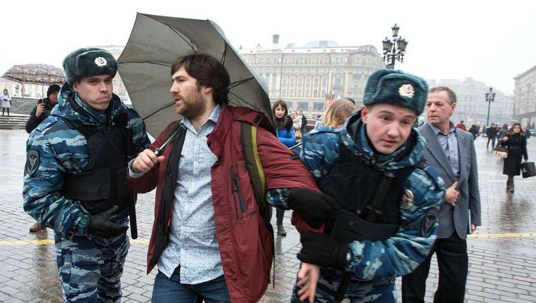 De Russische oproerpolitie arresteert in februari 2014 veertig Moskovieten die demonstreren tegen pogingen van autoriteiten om Dozhd, een onafhankelijk televisiekanaal, het zwijgen op te leggen. Beeld afp