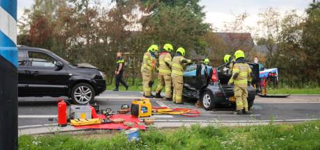 Vrouw raakt bekneld in auto bij botsing in Lunteren