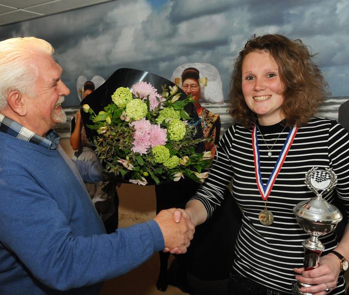 Heike Verheul kroonde zich vorig jaar in Zoutelande voor het eerst tot Nederlands damkampioene. Organisator Aart Walraven feliciteert haar.