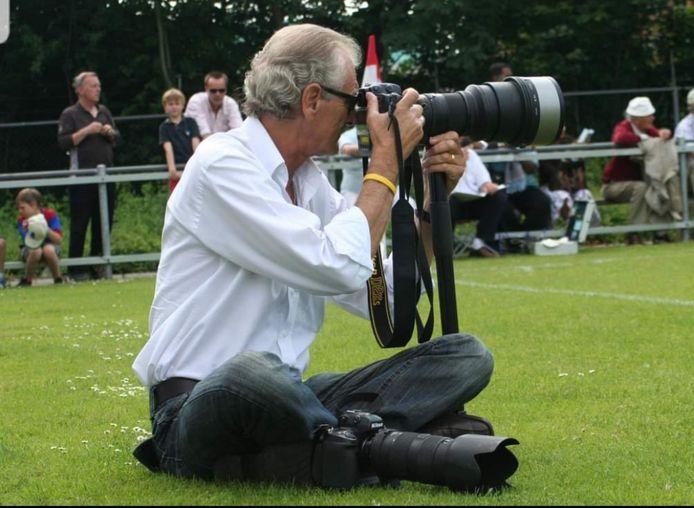 """Fred Nijs in actie langs het voetbalveld. ,,Hij kwam altijd terug met dat ene beeld waar het om was gegaan"""", prijst Henk Koster zijn voormalige collega."""