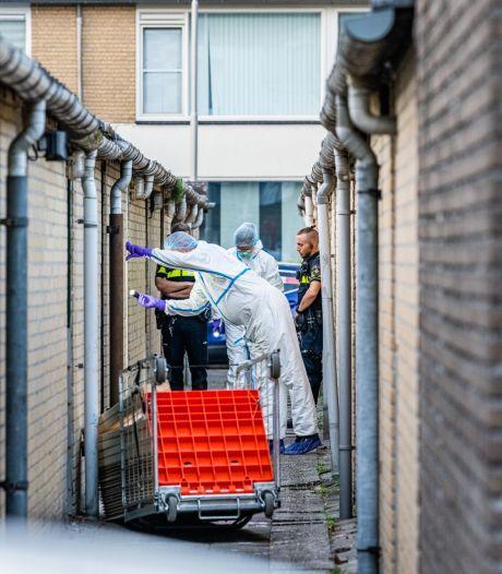 Man overleden achter woning in Tilburg, twee verdachten aangehouden