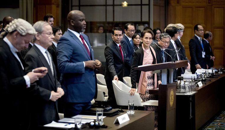 Aung San Suu Kyi (achter katheder) dinsdag, in het  Internationaal Gerechtshof te Den Haag.  Beeld EPA