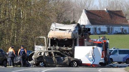 Motorrijder komt terecht onder vrachtwagen, die in brand vliegt: slachtoffer overleden