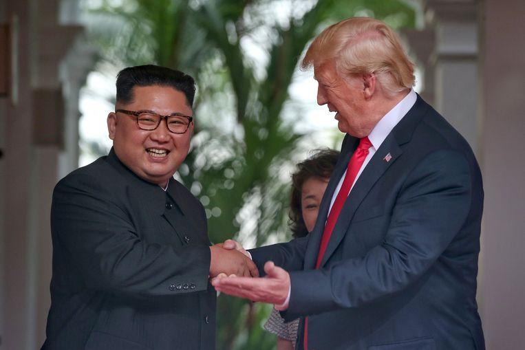 De keren dat Trump en Kim elkaar vandaag de hand gedrukt hebben, zijn al niet meer op twee handen te tellen...