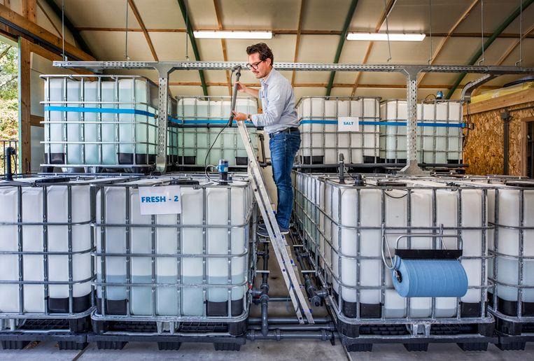 Het water in de energie opslag van de Aqua Battery wordt gecontroleerd. Beeld Raymond Rutting
