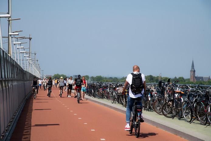 De fietsen stonden afgelopen weekend rijendik opgesteld op de fietsbrug.