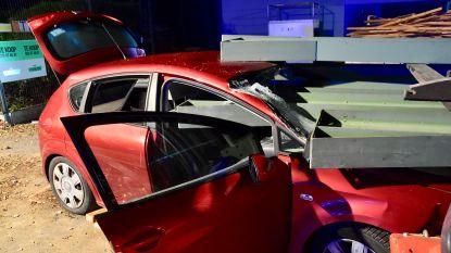 Auto knalt op metalen liggers: bestuurster zwaargewond maar niet meer in levensgevaar