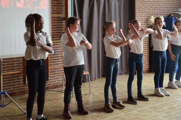 Enkele leerlingen demonstreren de nieuwe 'Move tegen Pesten' tijdens de aftrap van het antipest-project in de VBS Welle.