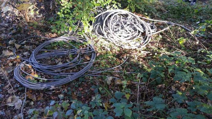 Kabels met koperdraad: het is niet duidelijk waarom de dieven hun buit achterlieten.