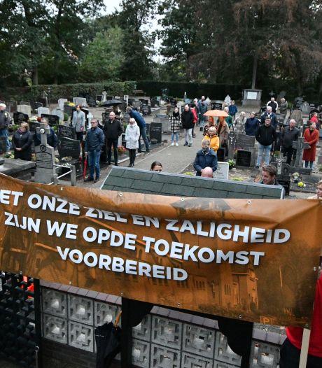 Dodenklok luidt in Langeveen voor kerksluiting,  'Leegroof kleine dorpen moet stoppen'