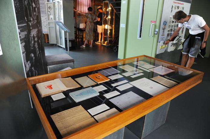 De vitrine met de 'Zonen van Westkapelle' in het Polderhuis Museum in Westkapelle.