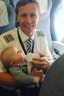 Piloot schiet wanhopige moeder met 4 kinderen te hulp tijdens vlucht