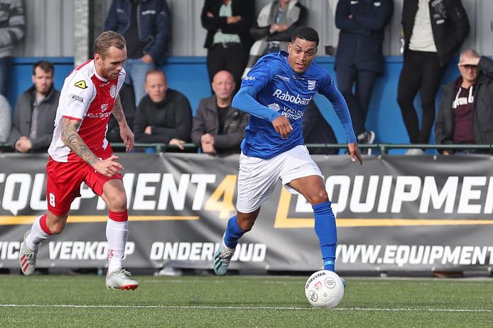 Damiano Schet (rechts), hier in actie tegen IJsselmeervogels, neemt na dit seizoen afscheid van GVVV.