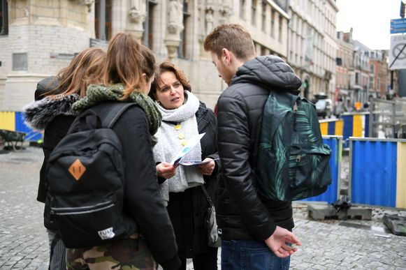 Studenten en begeleiders verpleegkunde van de UCLL gaan de straat op om voorbijgangers een beroerte te leren herkennen aan de hand van de FAST-test.