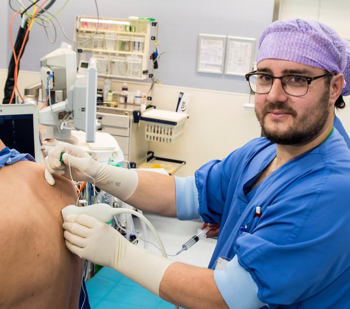 TT-2019-013674-Hengelo Franciscus van der Meer anesthesioloog ZGT nieuwe manier ontwikkeld voor verdoving bij borstkankeroperaties editie:Alle Foto Reinier van Willigen RVW20191009