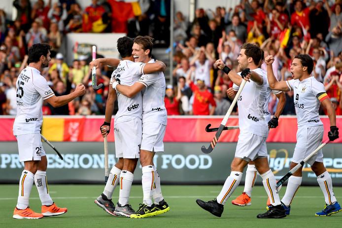 La Belgique, N.2 mondiale et championne du monde en titre, s'est qualifiée pour les demi-finales de son Euro messieurs de hockey, dimanche à Anvers. En la présence de Sa Majesté le roi Philippe, les Red Lions sont venus à bout 2-0 de l'Angleterre, 6e nation mondiale, lors de la deuxième journée du groupe A. Invaincus, les Belges joueront encore mardi leur dernier match de poule contre le Pays de Galles (FIH-25) afin d'assurer leur première place du groupe.