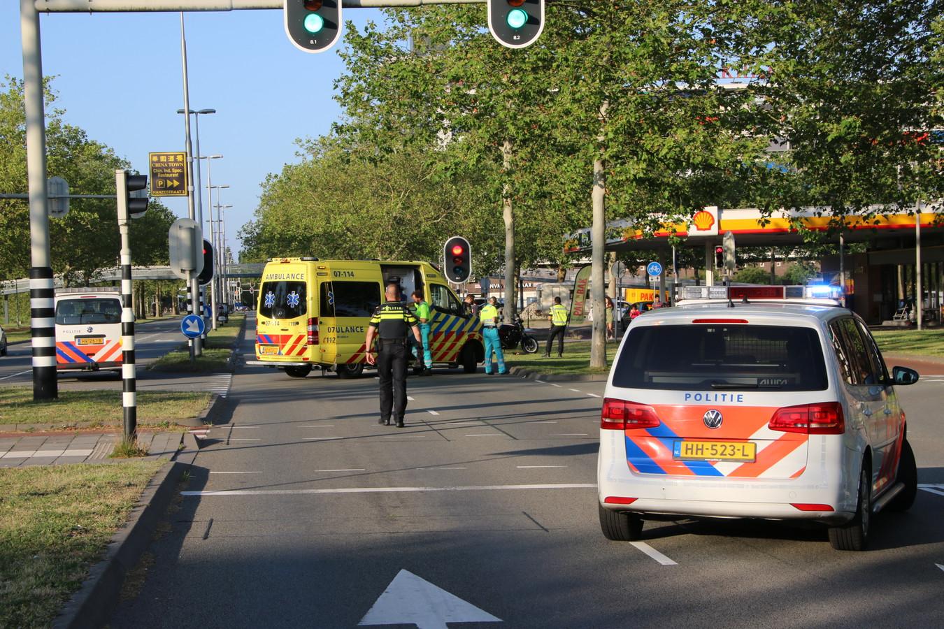 Op de IJssellaan in Arnhem botsten een motor en een auto.