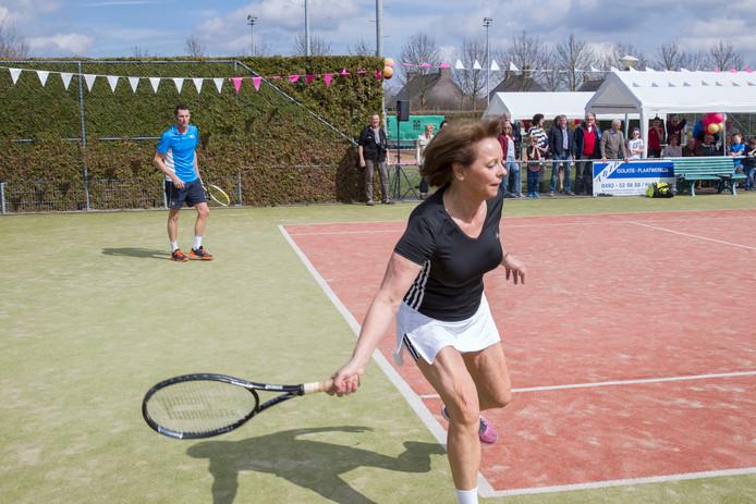 Burgemeester Elly Blanksma tennist vanwege het 40-jarige jubileum van TV Carolus met oud-tennisprof Paul Haarhuis tegen wethouder Frans Stienen en Kjel Beks van de jubilerende tennisvereniging.
