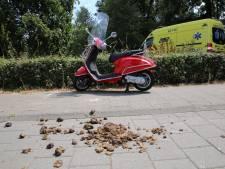 Scooter glijdt uit over paardenpoep, bestuurder raakt gewond