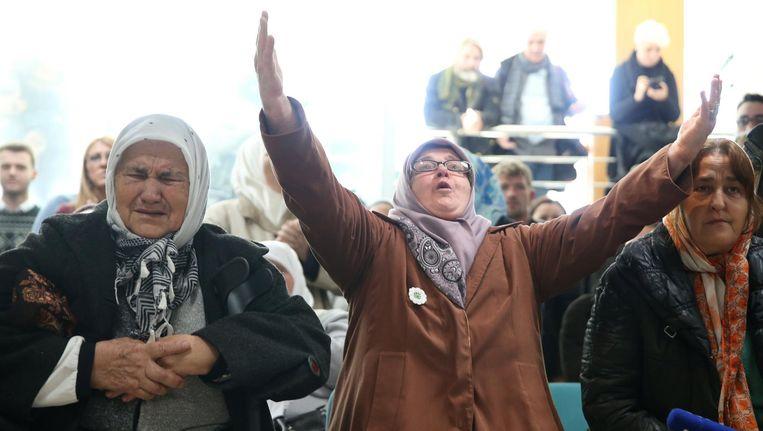 Vrouwen in het herdenkingscentrum in Potocari, nabij Srebrenica, reageren op de uitspraak. Beeld reuters