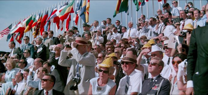 Het publiek kijkt vanaf grote afstand naar de lancering van de Apollo 11 (Scène uit de filmp Apollo 11).