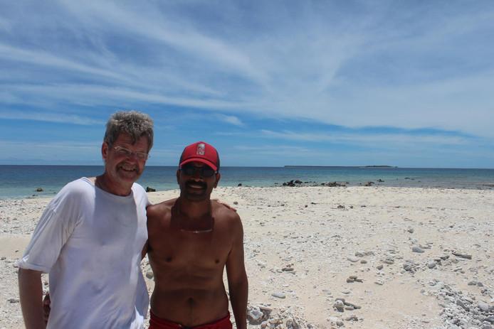 Henk met Max uit Micronesia op één van de vele kleine eilandjes van het atol Ulithi.