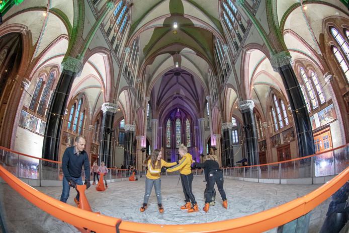 Voor het eerst en waarschijnlijk ook voor het laatst: schaatsen in de Gouwekerk. Een rondje maken kan nog tot en met 16 december.