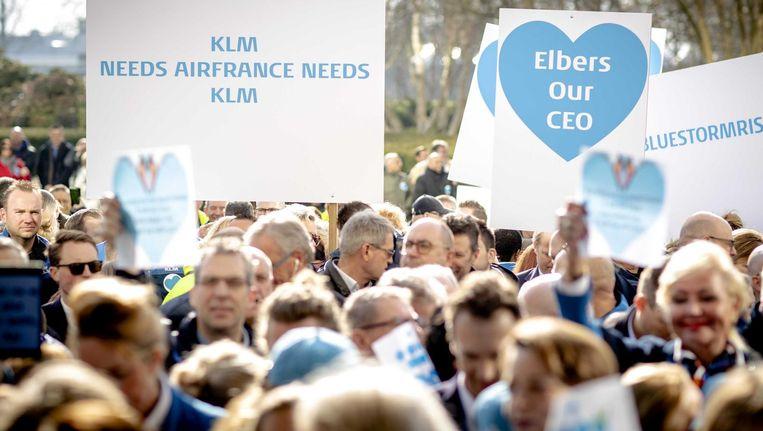 Medewerkers bieden een petitie aan voor het herbenoemen van hun CEO op het hoofdkantoor van KLM. Met de petitie wil het personeel de steun voor Pieter Elbers uitspreken. Beeld ANP