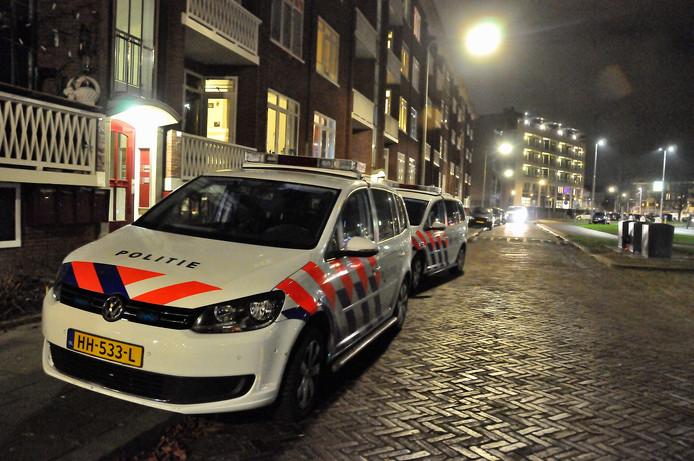 Bij een flat aan de Van Diemenhof in Arnhem was veel politie aanwezig.