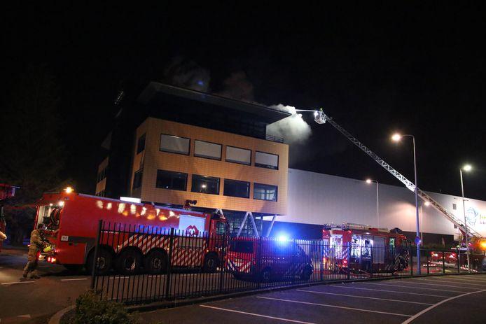 De brandweer is met veel personeel aanwezig om de brand te bestrijden in Barendrecht.