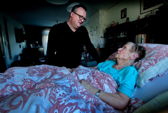 De 87-jarige Fia Cardinaal kan thuis blijven dankzij de inzet van zzp'ers.