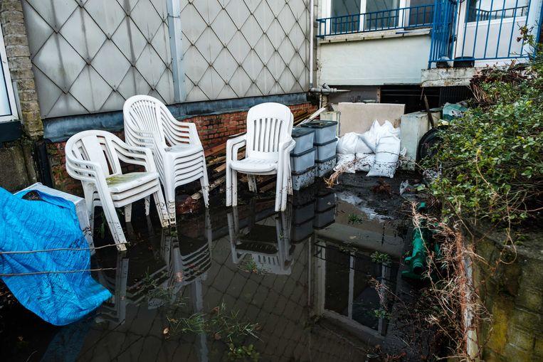 De tuin is volledig ondergelopen na het regenweer van de voorbije dagen.