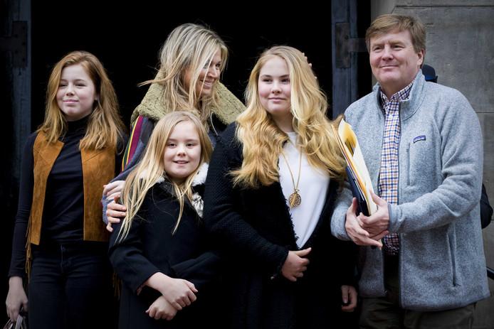 Koning Willem-Alexander en koningin Maxima arriveren met hun dochters, de prinsessen Amalia, Alexia en Ariane bij het Koninklijk Paleis op de Dam voor het verjaardagsontvangst van prinses Beatrix.