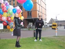 Enorme tros ballonnen met telefoonnummers voor eenzame bewoners zorginstelling Elisabeth