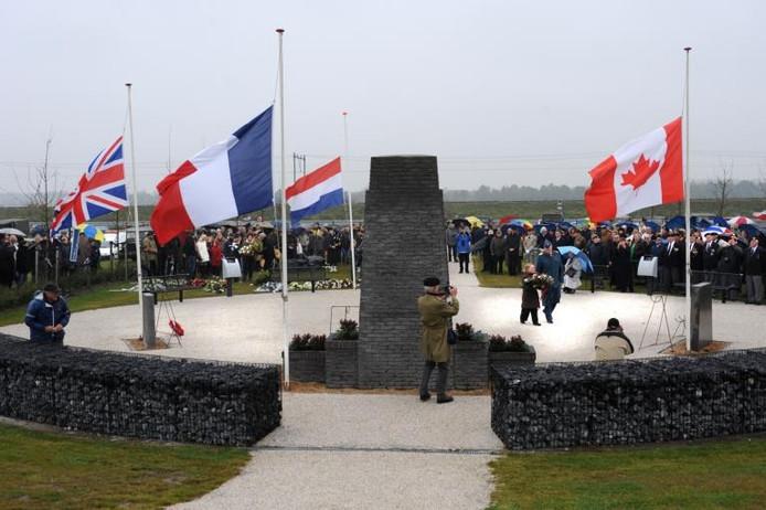 Herdenking bij het monument op de Sloedam.