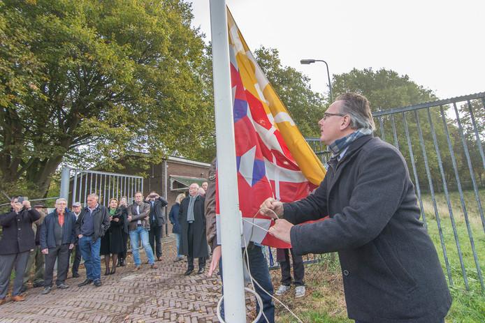 Wethouder Herman Geerdes hijst de vlag bij Fort Honswijk in Schalkwijk. Het fort is sinds oktober 2016 eigendom van de gemeente en geldt als een van de 'specifieke kenmerken' van Houten.