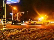 Twee auto's total loss na aanrijding in Enschede, kruising bezaaid met auto-onderdelen