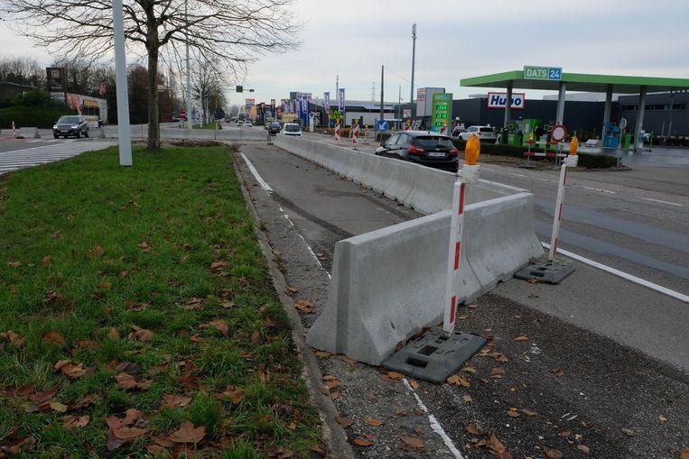 Er werden inmiddels knipperlichten geplaatst om de betonblokken beter zichtbaar te maken.