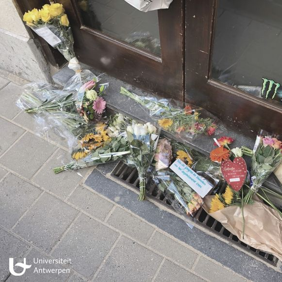 Uit medeleven met de nabestaanden van Jean-Pierre legden studenten vrijdag bloemen neer voor de kruidenierszaak.