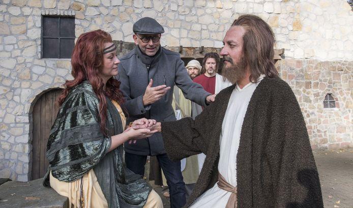 De eerste kostuumrepetitie, met rechts hoofdrolspeler Jeff Benjamins (Jezus) en tweede van links regisseur Jos Brummelhuis.