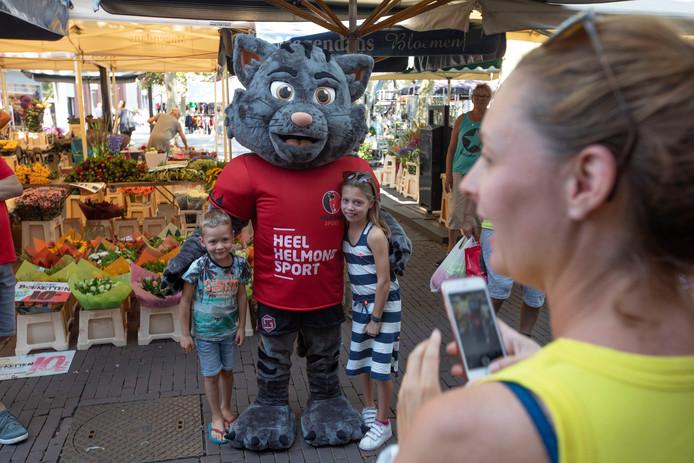 Fans van Helmond Sport op de foto met Loewy the cat 2.0.