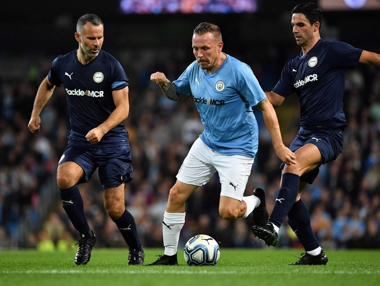 Ryan Giggs en Mikel Arteta voor de Premier League all stars, Craig Bellamy in het shirt van City