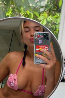 Dua Lipa pose dans un mini bikini et enflamme la toile
