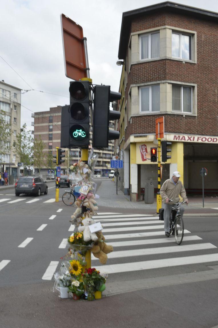 De verkeerssituatie op het kruispunt van de Turnhoutsebaan met de Hooftvunderlei is verwarrend. Fietsers hebben er 8 seconden langer groen dan voetgangers.