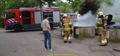 Brandweer pompt ondergrondse afvalcontainer vol water om brand te blussen in Boxtel