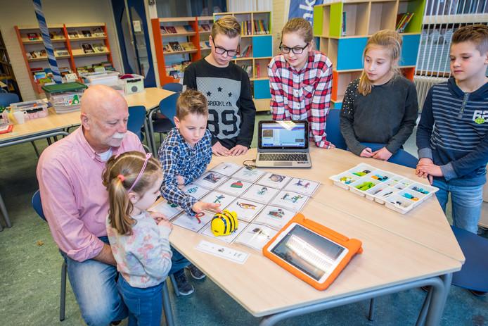 Docent Hans de Baare met van links naar rechts de leerlingen Jikke, Justin, Wesley, Zoe, Nova en Fynn.
