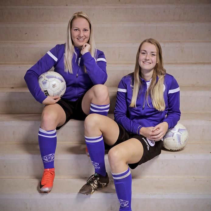 """Lynn van Grinsven (links) en Bente van de Leijgraaf zijn belangrijke spelers in het vrouwenelftal van HVCH. ,,Vorig seizoen maakten we er beiden twintig."""""""