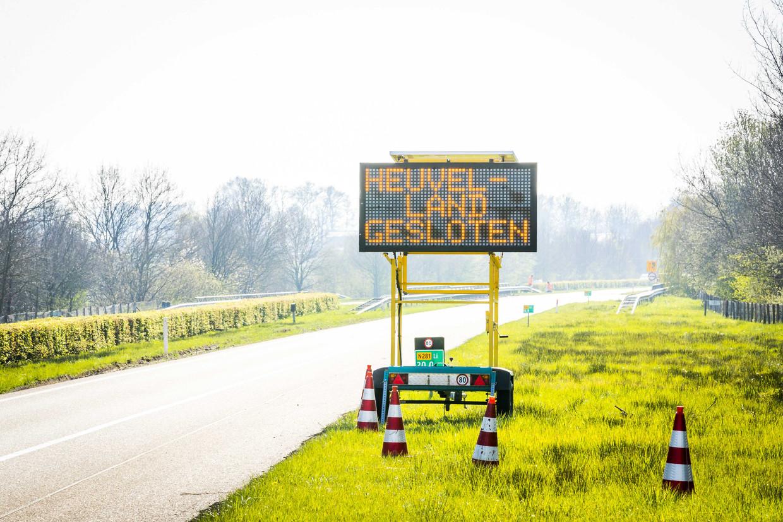 Het Zuid-Limburgse heuvelland was dit weekend afgesloten voor dagtoeristen. Met de maatregel wil de veiligheidsregio voorkomen dat grote groepen mensen bij elkaar komen en zodoende het coronavirus verspreiden.
