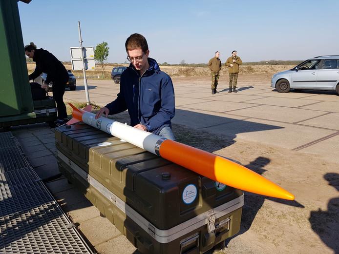 De drone, verpakt in de raket, komt er boven het slagveld weer uit met een parachute.