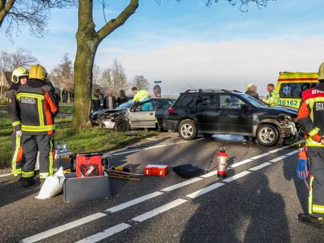 Botsing tussen twee auto's op kruispunt tussen Achttienkavels en N231 bij Nieuwkoop